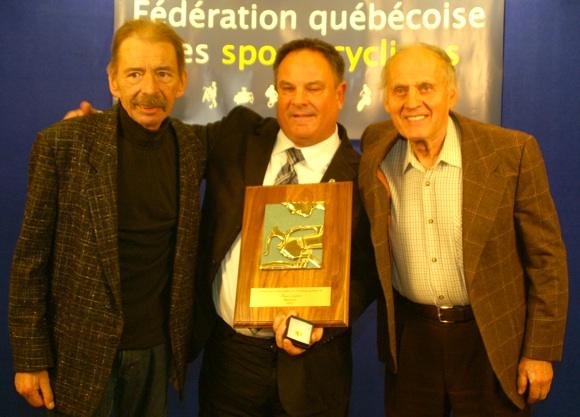 Photo FQSC -- Magella Tremblay, Alain Levasseur, nouvel intronisé au Temple de la renommée, et Guiseppe Marinoni lors du Mérite cycliste québécois qui s'est déroulé à l'automne dernier, à Victoriaville.