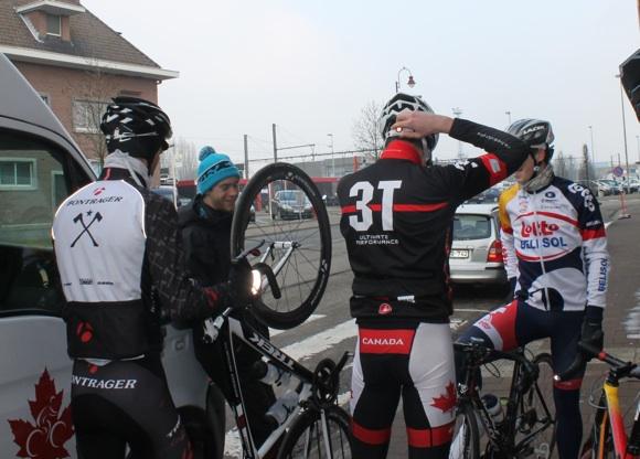 Photo Stéphanie Drolet -- Les coureurs québécois s'aprêtent à partir pour une sortie d'entraînement en compagnie de Benjamin Perry (maillot Lotto Belisol).