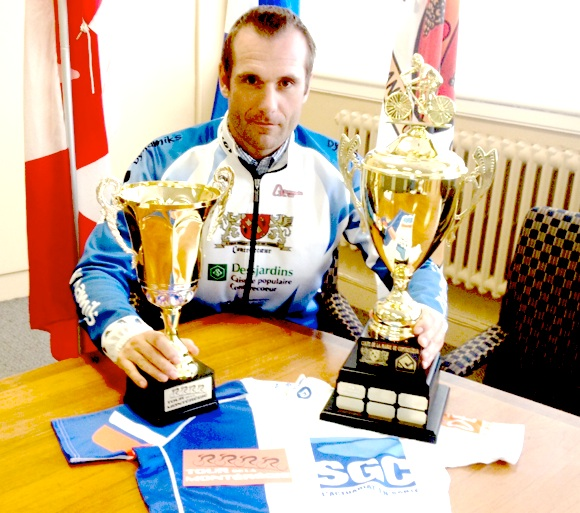 Photo courtoisie Tour de la Montérégie -- Christian Ouellette présente les trophées et le maillot qui sont à l'enjeu.