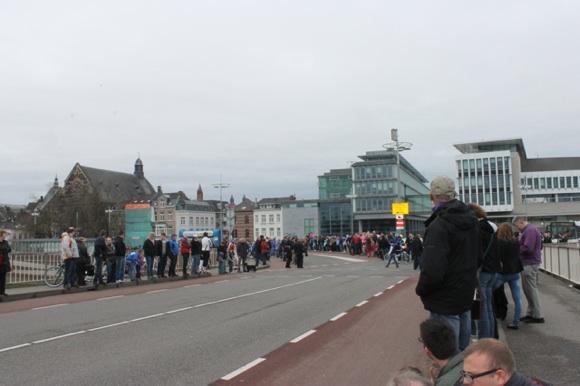 Photo Stéphanie Drolet -- Maastricht, avant le départ, on peut voir les deux larges bandes roses que sont les pistes cyclables !