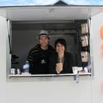 Bobby (un Australien) et Annie (une Québécoise), se sont rencontrés à Vancouver. Ils vont dans les événements offrir leur délicieux café - lattewithlegs.com.