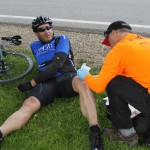 Les premiers soins pour un cycliste qui a chuté, à l'arrivée.