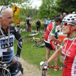 La gagnante, Michèle Gauthier, s'entretient avec un participant sans doute impressionné.