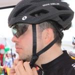 Un participant essaie un casque Dux Helm, avec visière rétractable.