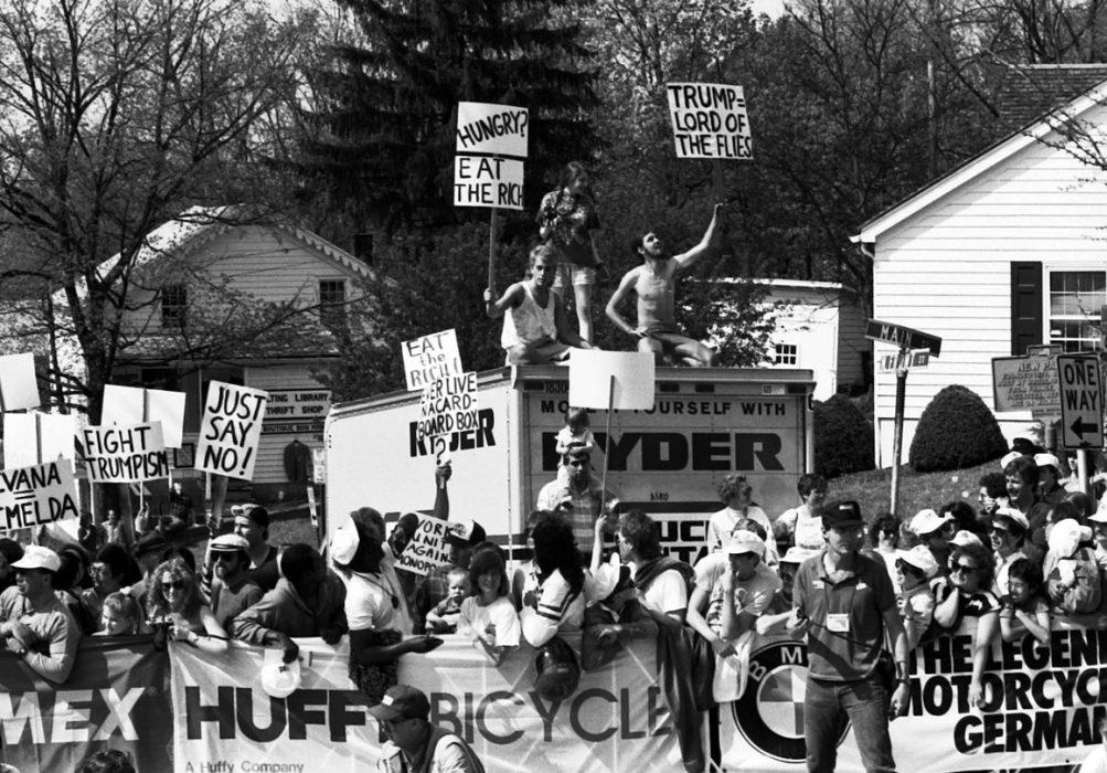 Protestants à l'étape 1 du Tour de Trump 1989. Crédit: Kevin Hogan